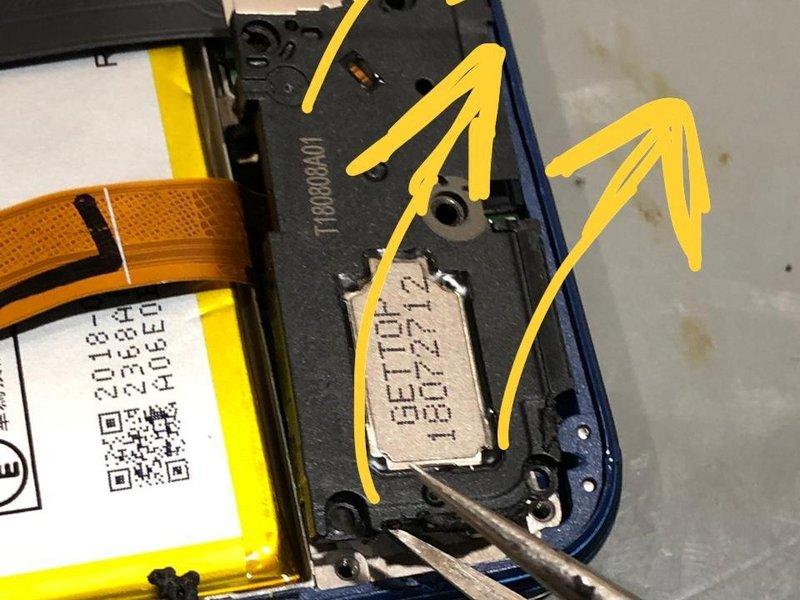 گیرهها را به آرامی باز کرده و این بخش را از دستگاه موبایل جدا کنید.