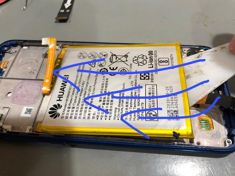 تا زمانی که باتری از جای خود آزاد شود، چسب را به آهستگی بلند کرده و بکشید.