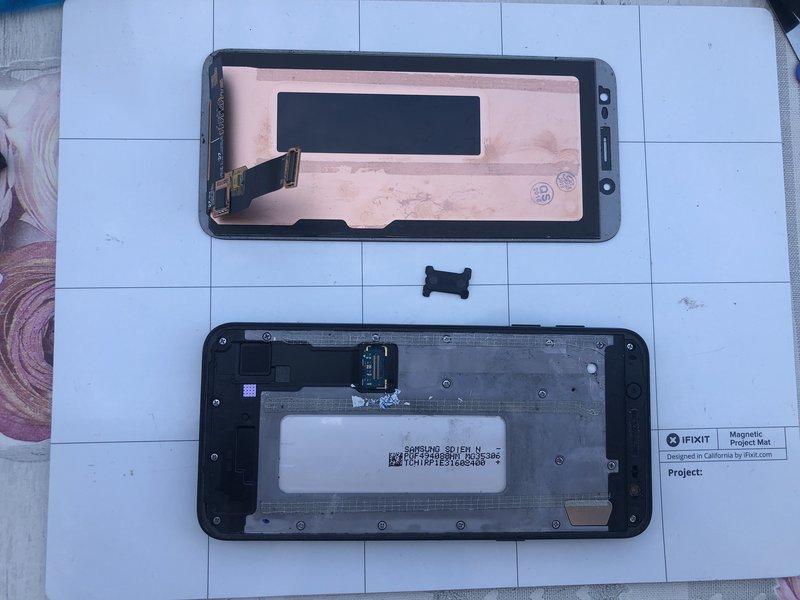 محافظ پلاستیکی مشکی رنگ روی اتصال نمایشگر را جدا کنید؛ سپس اتصال نمایشگر را جدا کنید