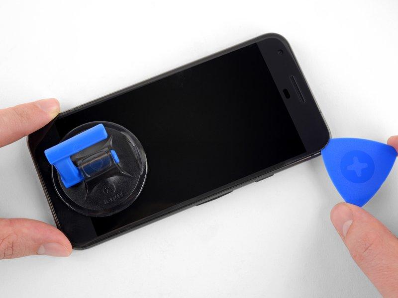 با دقت چسبهای لبههای دستگاه را جدا کنید.