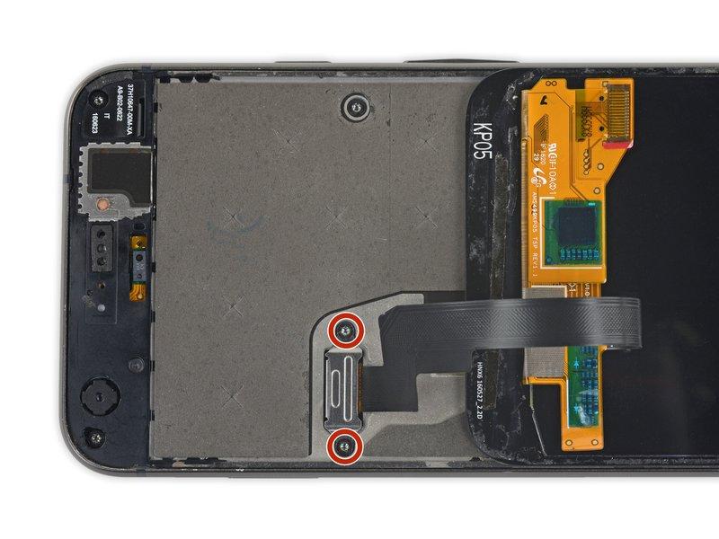 توسط پیچگوشتی، 2 پیچ مشکیرنگ 3.5 میلیمتری که روی محافظ اتصال کابل صفحه نمایش بسته شدهاند را باز کنید.