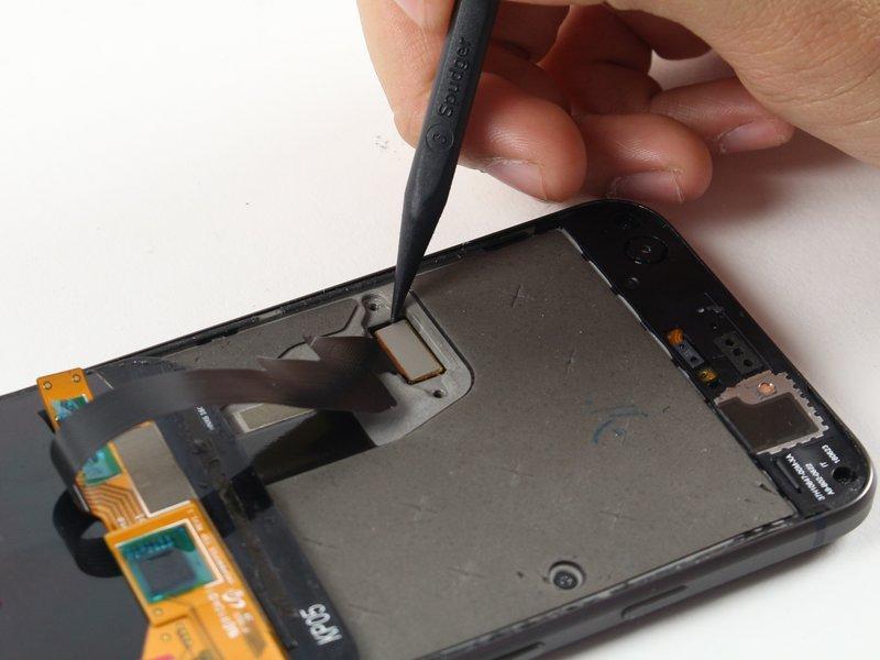 توسط اسپاتول، اتصال کابل صفحه نمایش را جدا کنید.