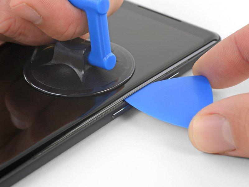 ساکشنکاپ را به بالا بکشید تا یک شکاف، بین صفحه نمایش و فریم میانی ایجاد شود.