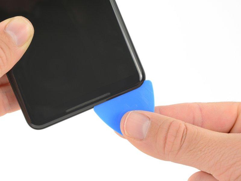 در مراحل بعدی برای برش چسبها، به جای لبه تیز قاببازکن از لبه صاف آن استفاده کنید؛ این کار باعث میشود قاببازکن زیاد درون شکاف فرو نرود.