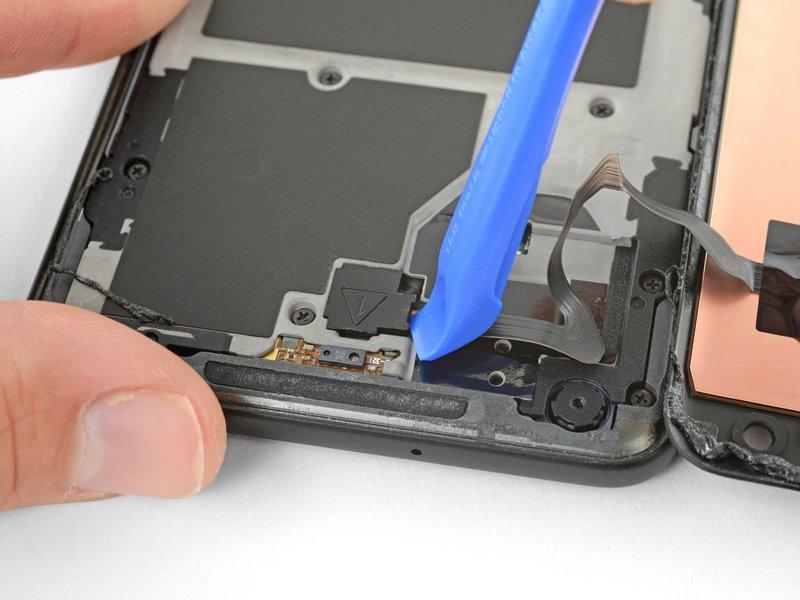 با استفاده از یک قاببازکن، محافظ اتصال کابل دیجیتایزر را جدا کنید.