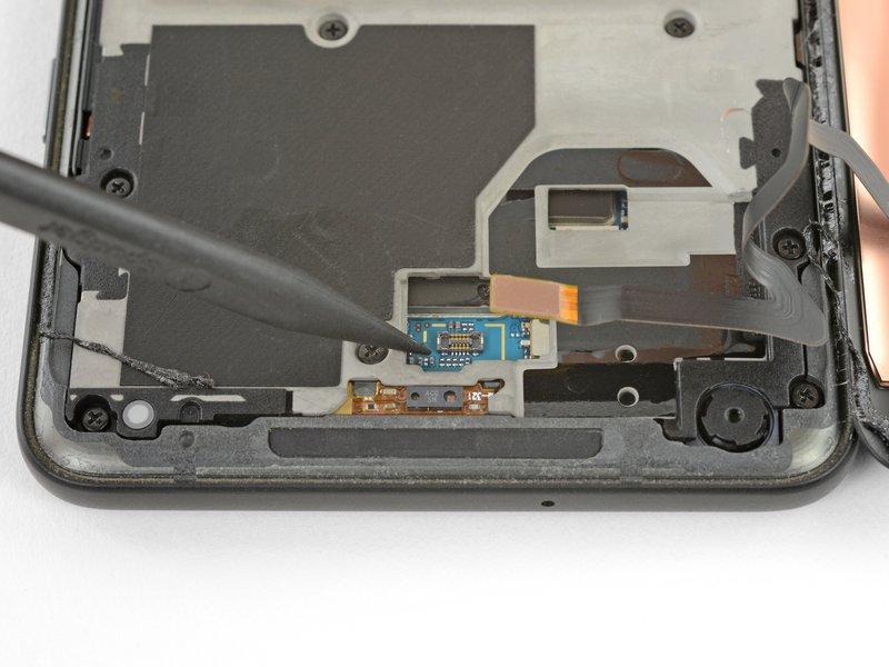 با استفاده از نوک اسپاتول، اتصال کابل دیجیتایزر را از مادربرد جدا کنید.