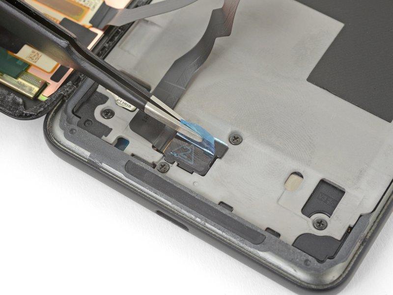 با استفاده از پنس، پوشش اتصال کابل صفحه نمایش را جدا کنید.