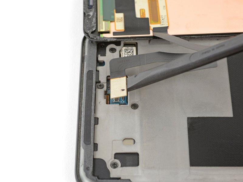 توسط لبه صاف اسپاتول، کابل صفحه نمایش را از سوکت آن جدا کنید.