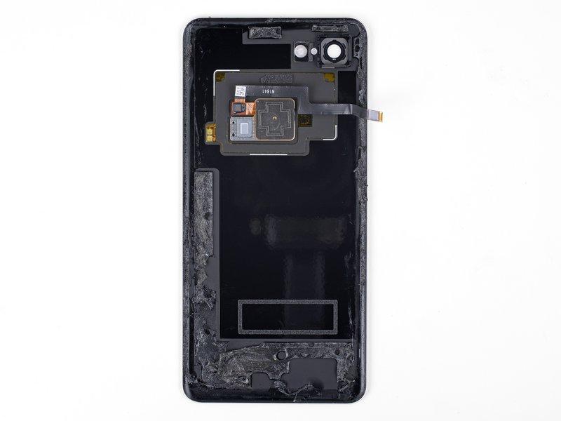 توسط سشوار صنعتی لبه سمت راست قاب پشتی گوشی Pixel XL را حرارت دهید. مراقب باشید تلفن بیش از حد گرم نشود؛ زیرا ممکن است صفحه نمایش و باتری آسیب ببینند. به موارد زیر دقت کنید: در قسمت پایین قاب پشتی چسب زیادی وجود دارد؛ مراقب باشید حین جداسازی چسبها، به کابل فلت سنسور اثر انگشت آسیب نرسانید.