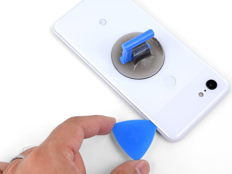 قاببازکن را در امتداد لبه سمت راست دستگاه بکشید تا چسبهای این قسمت جدا شوند.