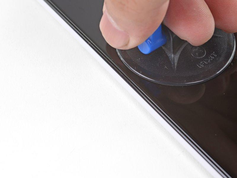 یک ساکشنکاپ را به لبه صفحه نمایش بچسبانید.