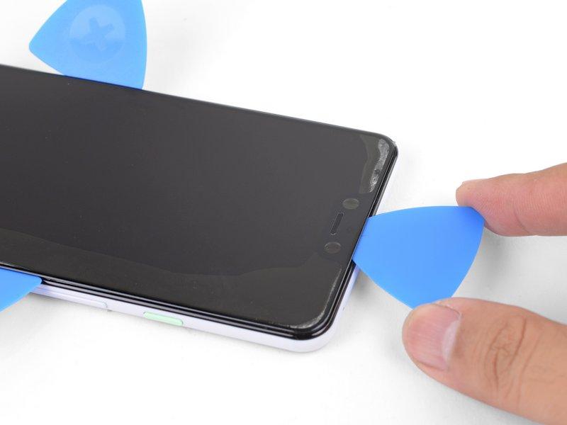 فرایند حرارت دادن و برش دادن چسبها را برای تمام لبههای صفحه نمایش تکرار کنید.