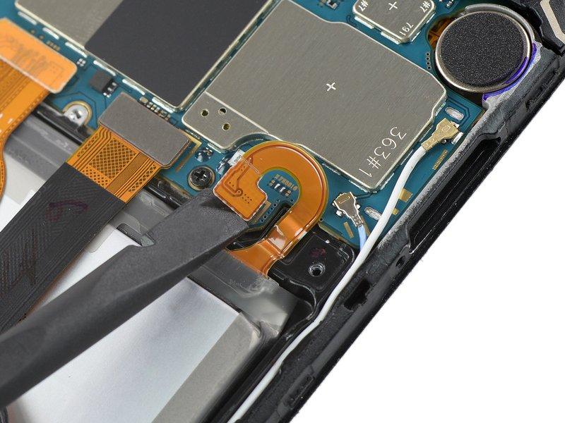 با استفاده از اسپاتول اتصال باتری را جدا کنید