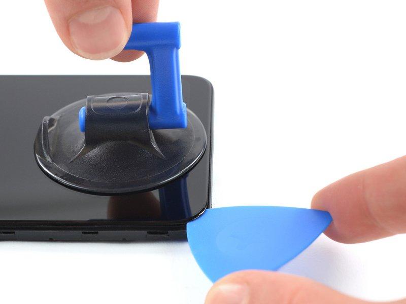 یک ساکشنکاپ را روی صفحه نمایش نزدیک فریم پایین گلکسی A10 بچسبانید
