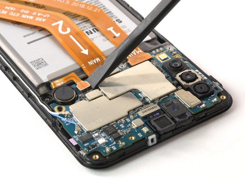 با استفاده از اسپاتول، اتصال باتری را جدا کنید
