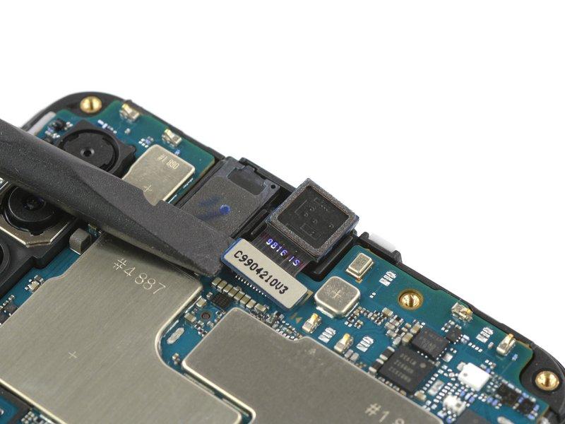 با استفاده از اسپاتول، اتصال دوربین سلفی را جدا کنید