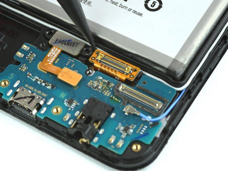 با استفاده از نوک اسپاتول، کانکتور صفحه نمایش را جدا کنید