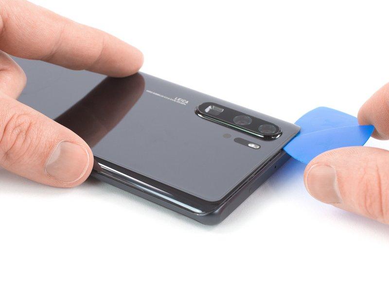 اگر برش زدن چسب سخت بود، احتمالا به دلیل سرد شدن آن میباشد. در نتیجه برای نرم شدن آن از iOpener استفاده کنید.