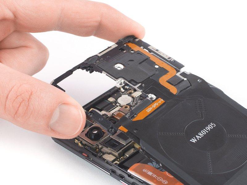 کاور مادربرد که شامل NFC و سیمپیچ شارژی میباشد را، از دستگاه موبایل جدا کنید.
