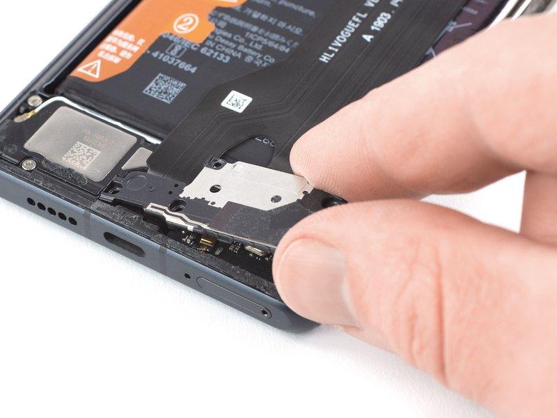 کاور برد فرعی را از دستگاه موبایل جدا کنید.