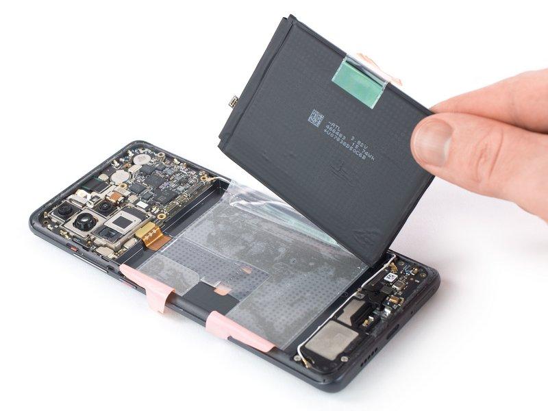 باتری را از چسبهای باقیمانده جدا کنید.