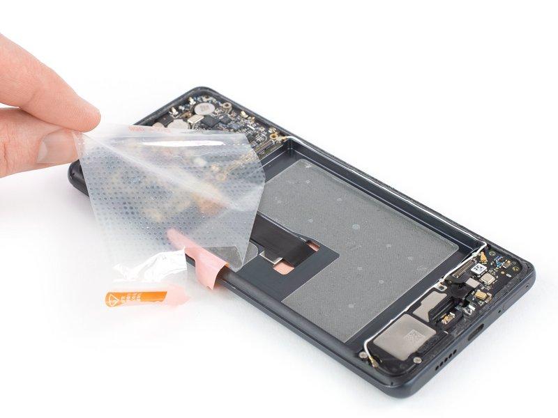 اگر قصد دارید صفحه نمایش را تعویض کنید، حتما باید این کار را انجام دهید. پیشنهاد میشود در هنگام نصب باتری جدید، حتما از چسب جدید استفاده کنید.