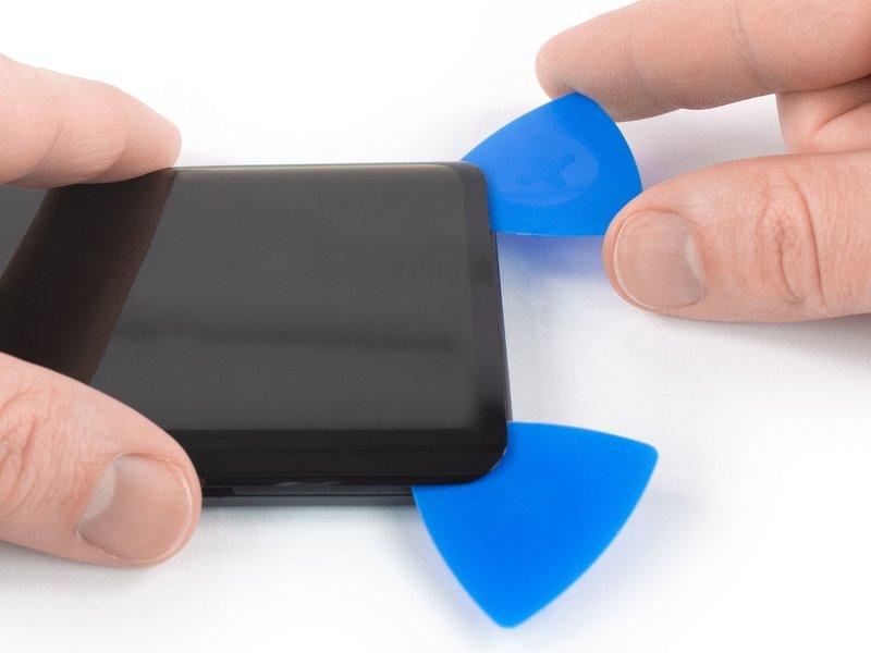 این قاب بازکن را دور لبه پایینی گوشی حرکت دهید تا چسب برش بخورد.