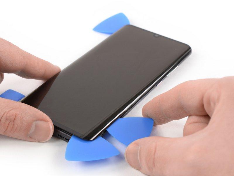 قاب بازکن چهارم را در گوشه سمت راست پایینی دستگاه موبایل قرار دهید.