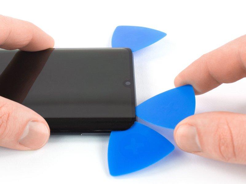 قاب بازکن پنجم را در گوشه سمت راست بالای دستگاه موبایل قرار دهید.