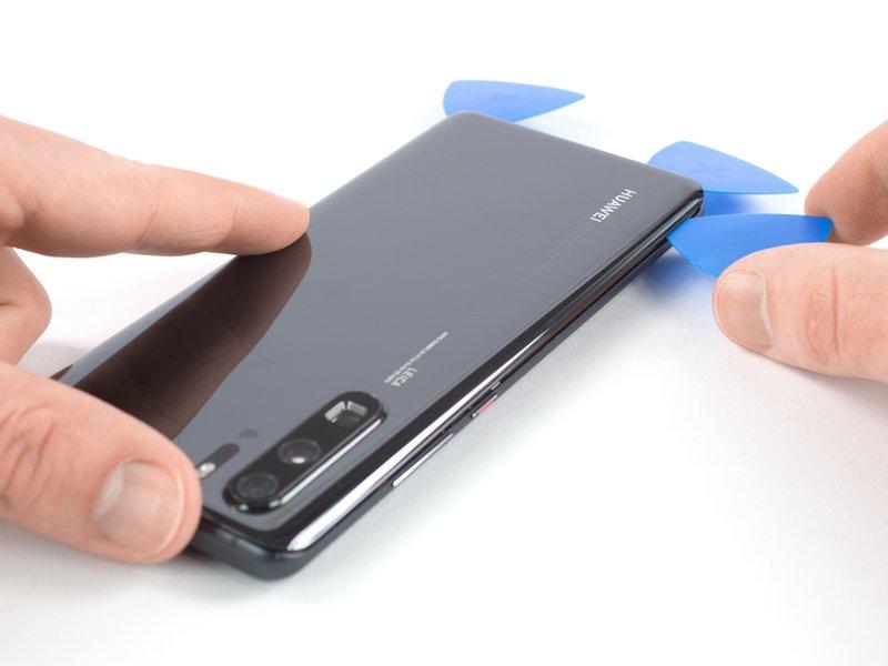 قاب بازکن سوم را در گوشه چپ پایین دستگاه موبایل قرار دهید.