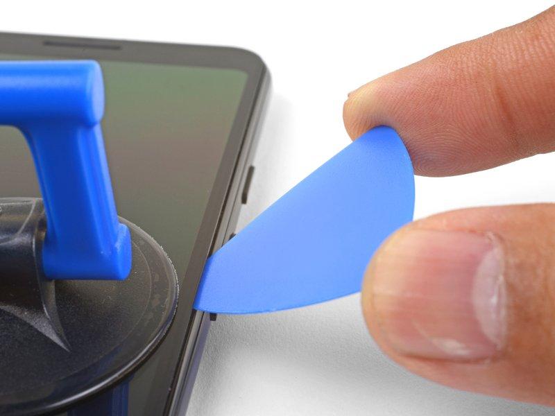 این مرحله نحوه زاویه دادن قاببازکن، برای جلوگیری از آسیب رسیدن به صفحه نمایش OLED را نشان میدهد. این فرایند را باید قبل از برش چسبها انجام دهید.