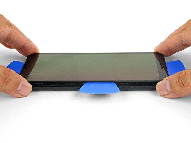 بعد از برش تمام چسبها مانند تصویر، لبه سمت راست صفحه نمایش را کمی بالا ببرید.