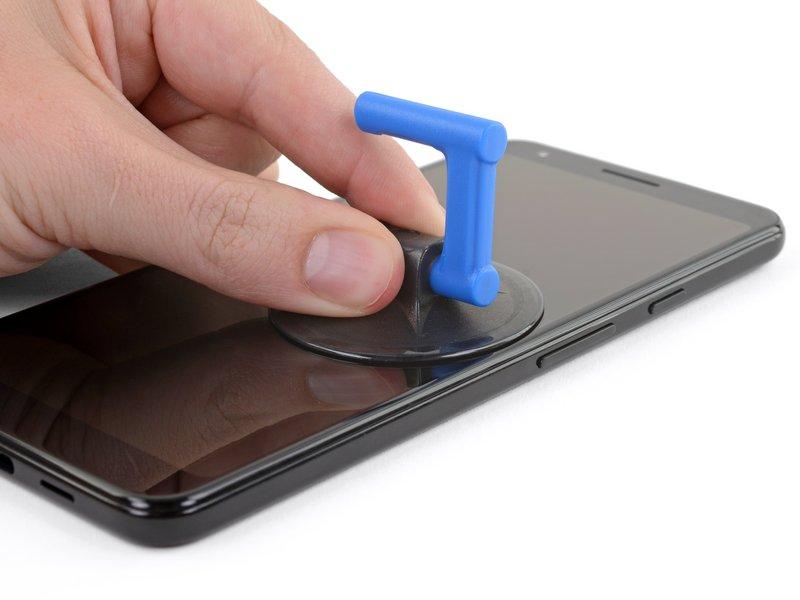 یک ساکشنکاپ را کنار لبه سمت راست دستگاه، زیر کلیدهای میزان صدا بچسبانید.
