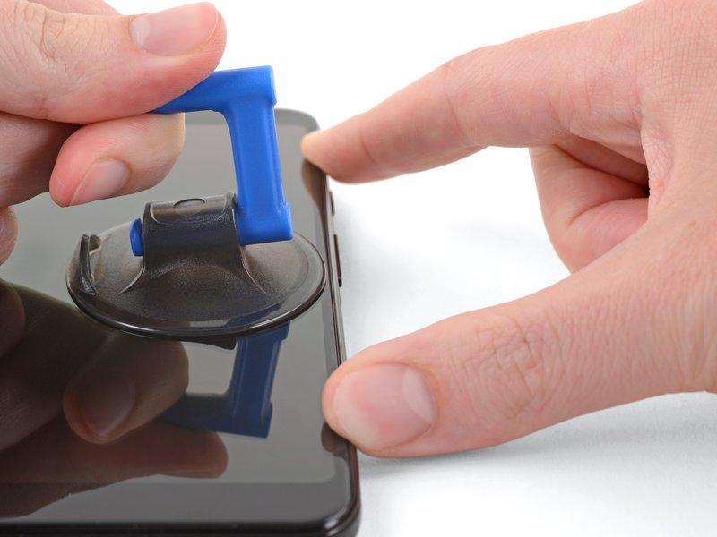 هشدار: اگر چیزی مانع فرو کردن قاببازکن شد دست نگه دارید؛ ممکن است قاببازکن به لبه صفحه نمایش OLED فشار وارد کند.