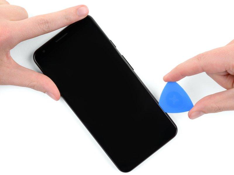 قاببازکن را در امتداد لبه سمت راست صفحه نمایش بکشید، تا چسبهای این قسمت جدا شوند.