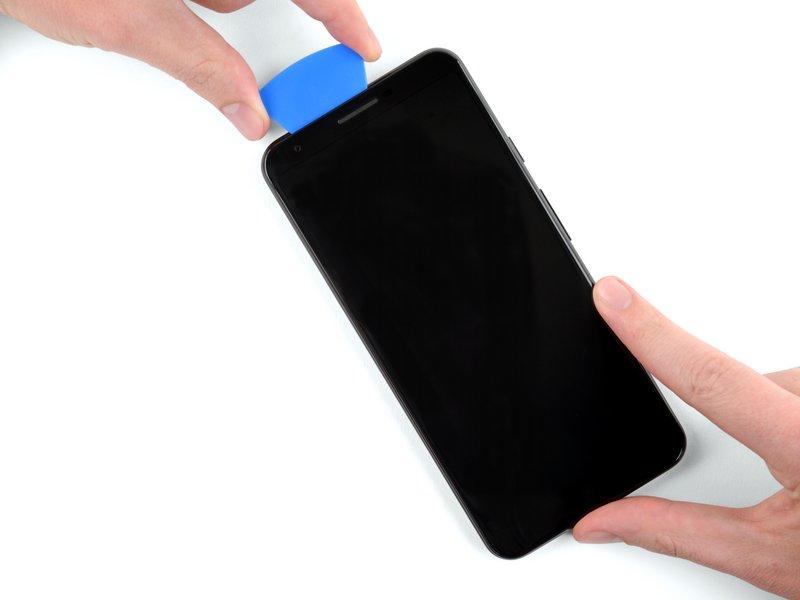 در هنگام جدا کردن چسبهای لبه بالا، ممکن است قاببازکن با سنسور مجاورت برخورد کند؛ پس لازم است به دقت چسبهای اطراف سنسور را جدا کنید تا آسیب نبیند.