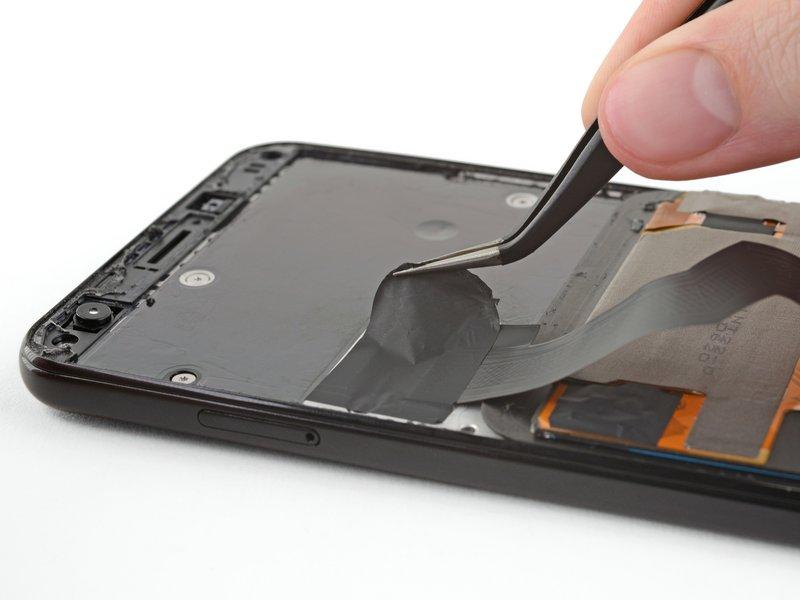 نوار مشکیرنگ روی محافظ اتصال صفحه نمایش را با احتیاط توسط پنس جدا کنید.
