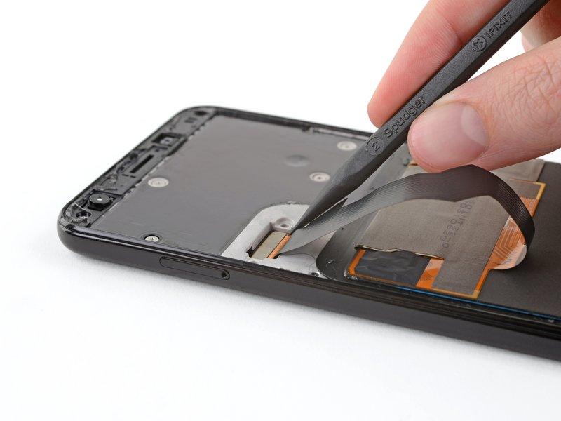 سپس محافظ اتصال صفحه نمایش را جدا کنید.