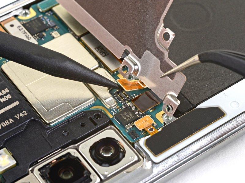با استفاده از نوک اسپاتول اتصال باتری را جدا کنید.