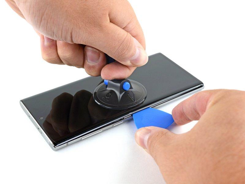 یک ساکشنکاپ را کنار لبه سمت چپ صفحه نمایش بچسبانید
