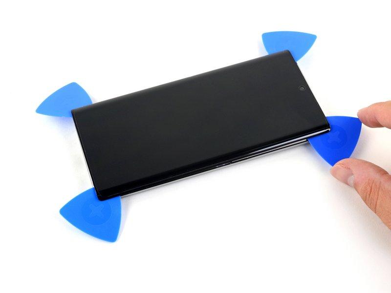 قاببازکن چهارم را از گوشه بالا سمت راست، به سمت گوشه پایینِ سمت راست تلفن بکشید.