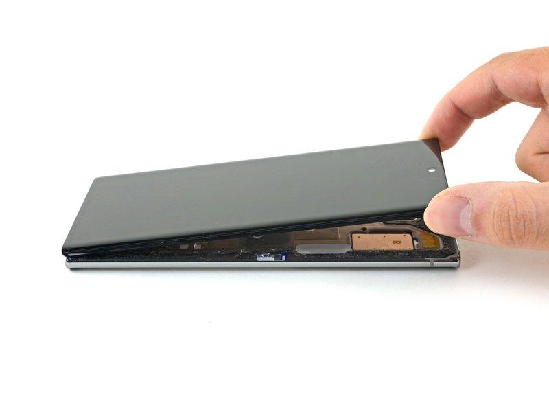هشدار: سعی نکنید صفحه نمایش را به طور کامل جدا کنید؛ زیرا برخی کابلهای صفحه نمایش را باید از فریم میانی عبور دهید.