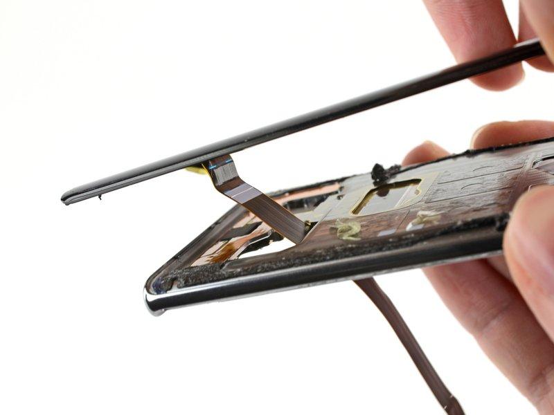 کابل صفحه نمایش و قلم S Pen را، از طریق بریدگیهای روی قاب میانی عبور دهید.