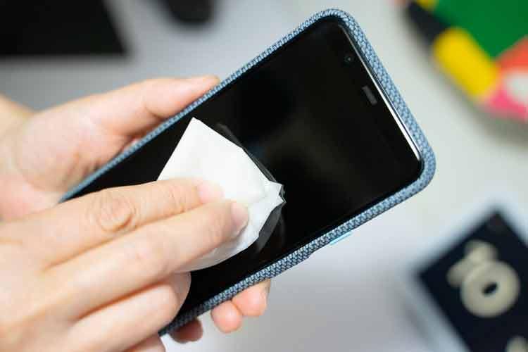چگونه صفحه گوشی خود را تمیز کنیم؟
